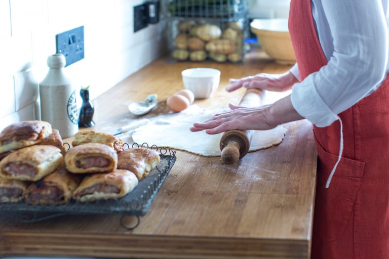 about-lizzie-pastry-rolling2